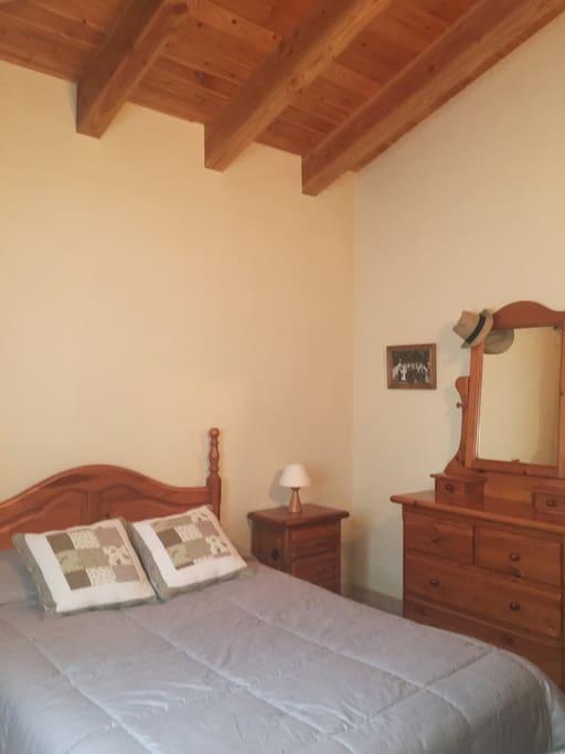 Habitación con mucha luz, cama matrimonial, con armario y cajones para acomodar tus cosas!