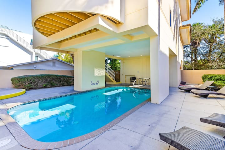 Family-friendly home with private pool, short walk from the beach, dogs OK!