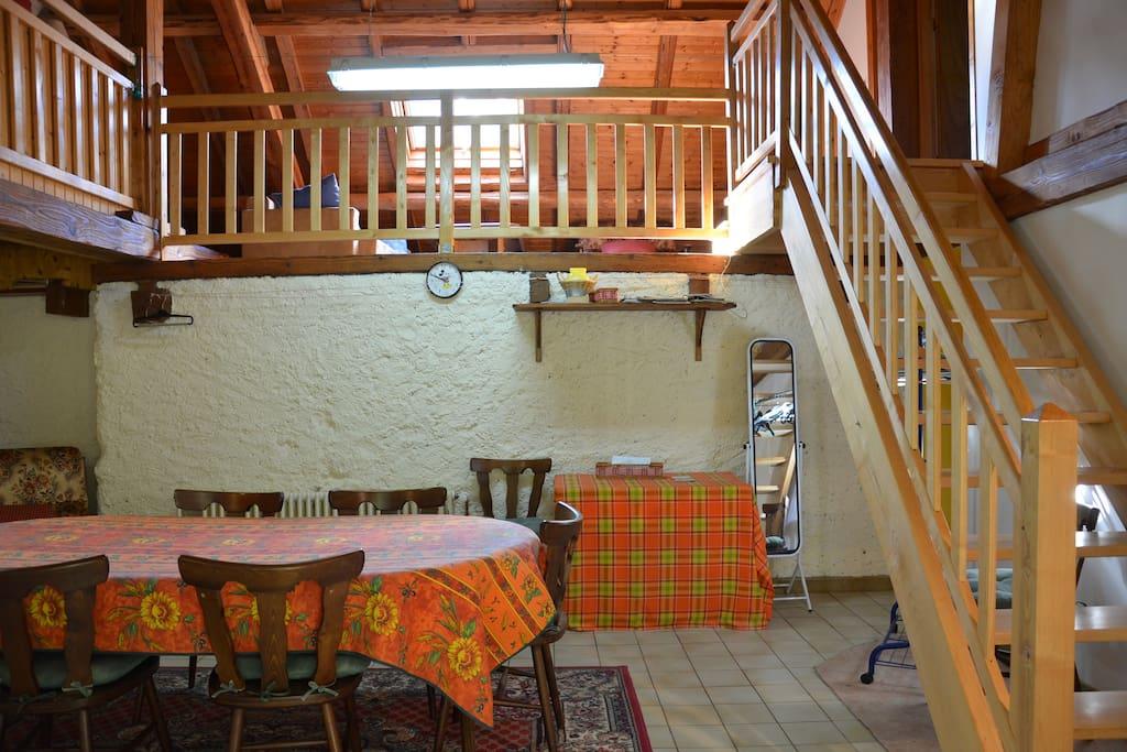 cuisine et mezzanine (salon et chambres)