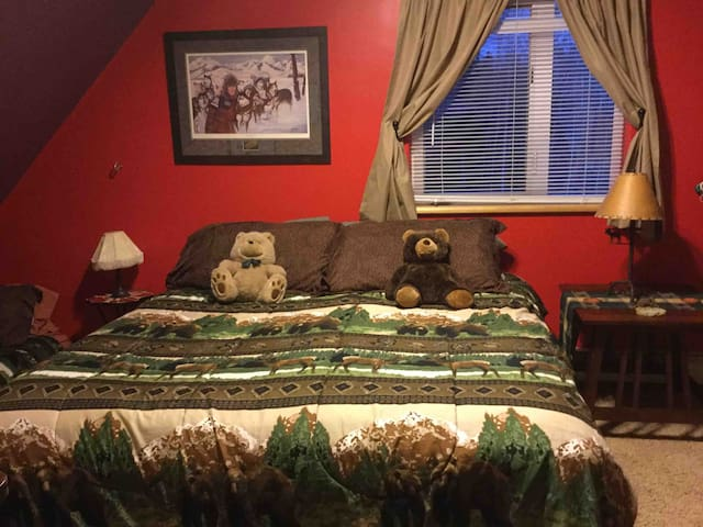 Eagles Nest - Upstairs PERCH bedroom with king size bed and 2 twins
