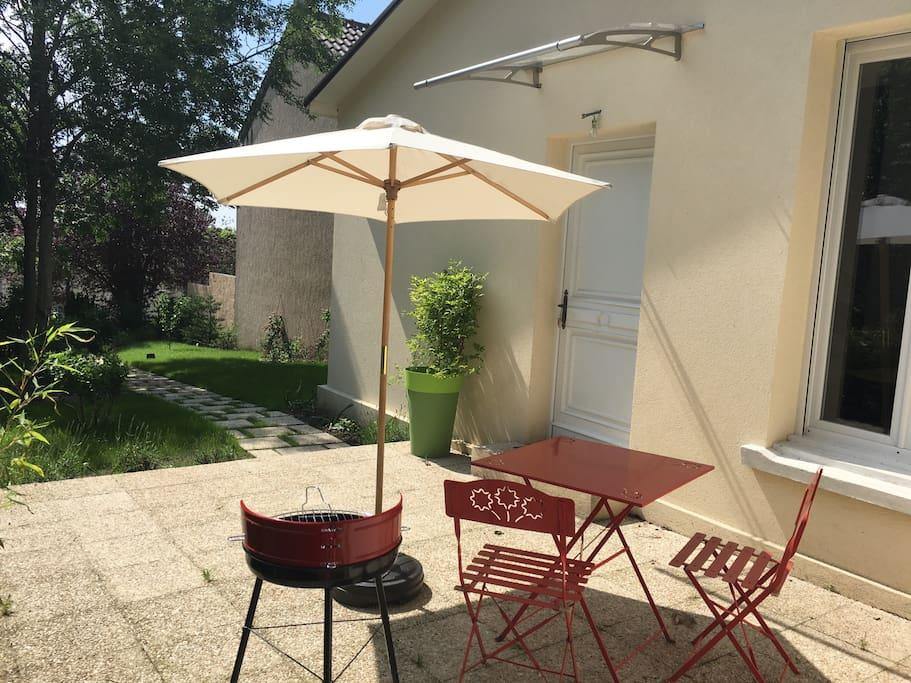 La terrasse, table, chaise, parasol et barbecue