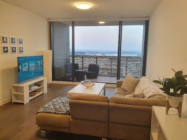 Private ensuite bed close to train station & mall