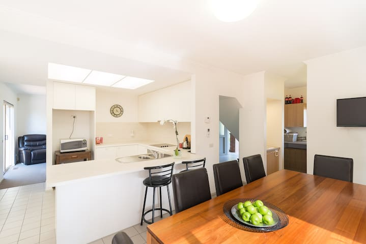 Leafy View in Kew – Aussie Bushlands in The City! - Kew East - House