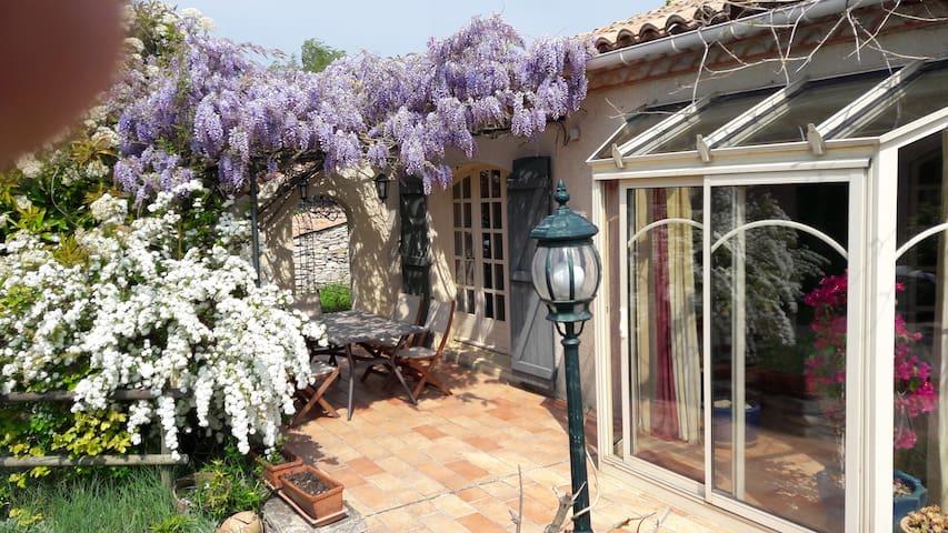 Le Jardin de Villemoustaussou et son spa extérieur