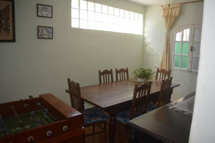 Sala de jantar e mesa de totó.