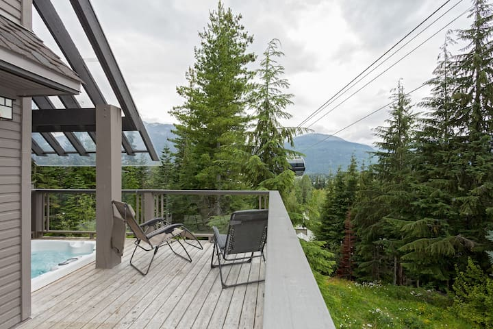 True ski-in/out: close to village with Private HT