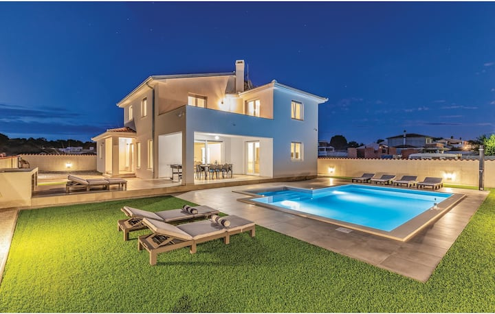 Nice home in Galizana with Outdoor swimming pool, Jacuzzi and 4 Bedrooms