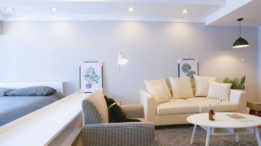 Room① 近五四广场、万象城、灯光秀、八大关、温馨阳光设备齐全大床房整租