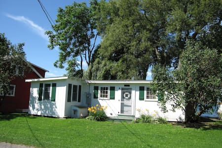 Charming cottage, easy access on Cayuga Lake. - Lansing - Sommerhus/hytte
