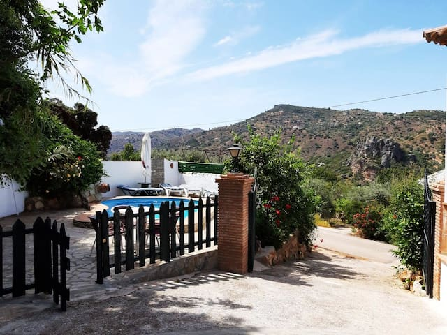 Relax-stunning views-pool-privacy-pet friendly.