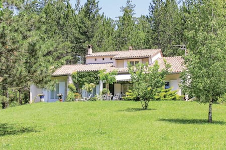 Holiday cottage with 3 bedrooms on 170m² in Eyguians