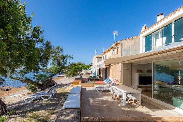 """Lussuosa e moderna casa vacanze """"Port Nou Ca Na Cati"""", direttamente sul mare, con terrazza e vista panoramica, caminetto, Wi-Fi e TV satellitare, parcheggio disponibile"""