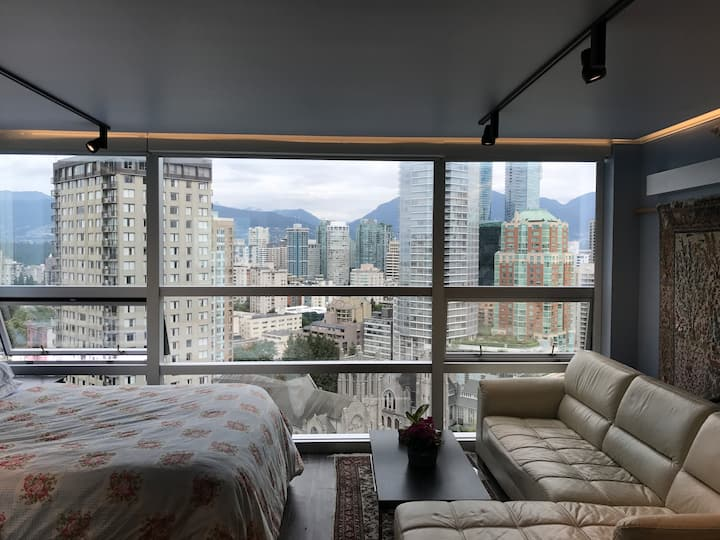 Spectacular Wall Centre Studio: Location, View,A/C