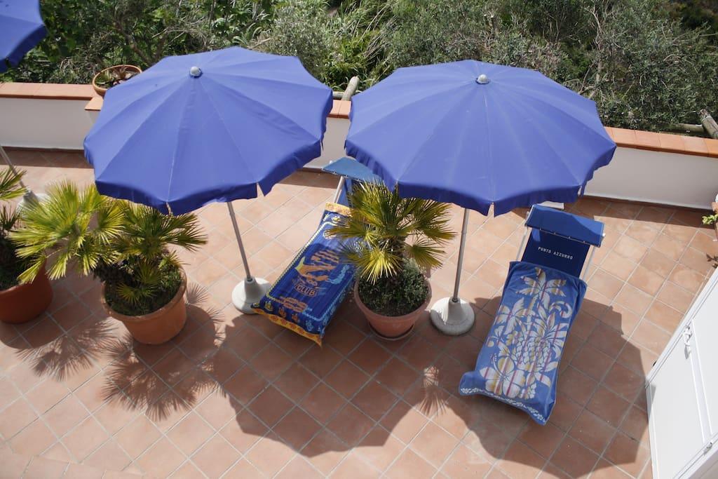 I lettini della piscina con ombrelloni !
