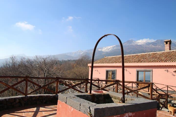 """Stanza """"Nocciolo"""" agriturismo Feudo Magazzeni Etna"""