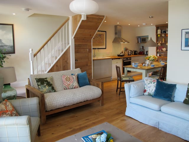 Ideal for food, surf & walks. Sea view home.