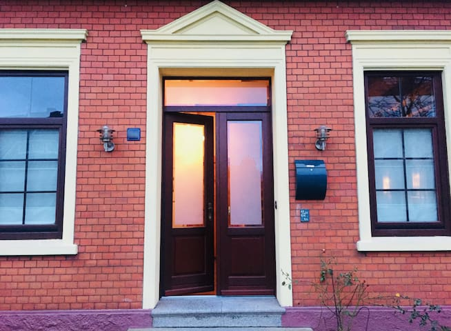 Come and stay with us, at our renovated 100-year-old Jugendstil Villa in Bremen-Burgdamm.  Complete with creaky floorboards. And friendly ghost.