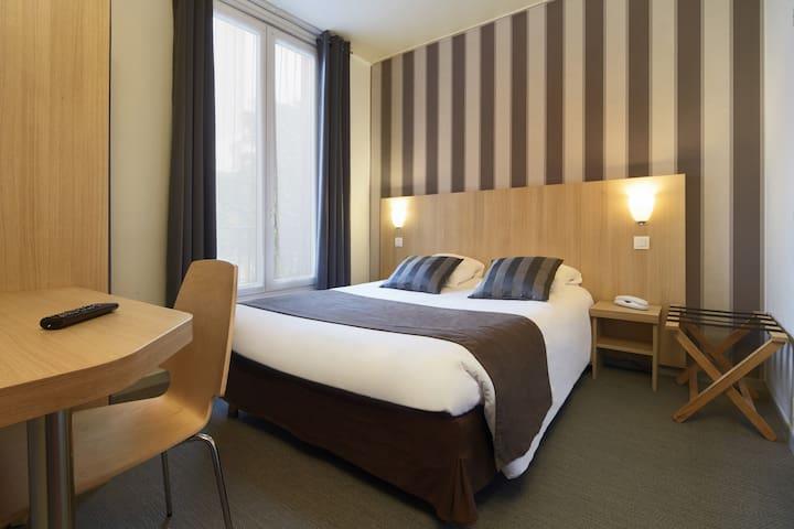 Chambre confort à Paris, un grand lit en B&B