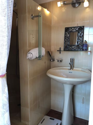 Salle de bain avec douche , vasque et toilettes