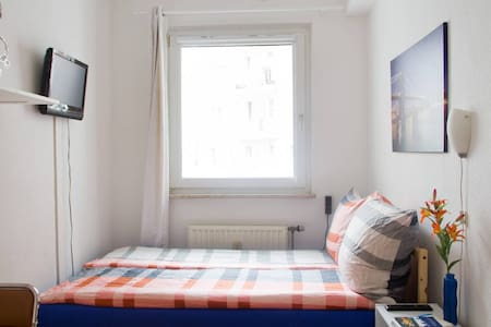 Blue Downtown Room with a Gorgeous Double Bed! - Köln