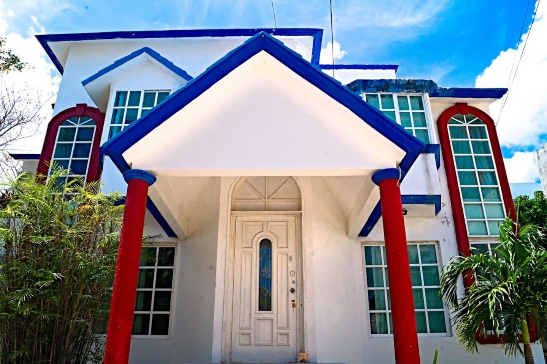 Hermosa e Increíble casa en Cancún con áreas verdes, alberca, habitaciones para 1 hasta 50 personas con aire acondicionado, salas de estar, baños, regaderas, jacuzzi, cocina.  Sin duda una de las mejores casas de Cancún con precio accesible.