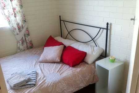 Nice clean room near to beach, transport & shops - Mosman Park