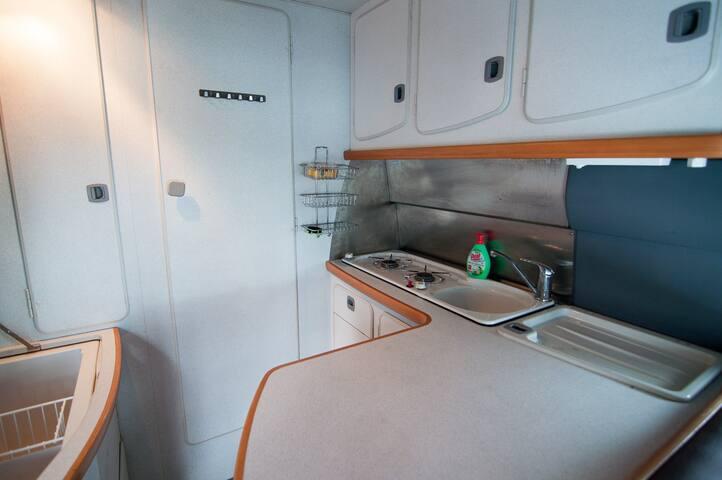 Mercedes  Wohnmobil, Camper in der Nähe von Zürich - Mönchaltorf - Kamp Karavanı/Karavan