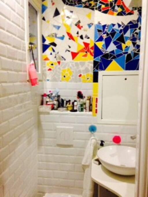 salle de bains à la mosaïque colorée