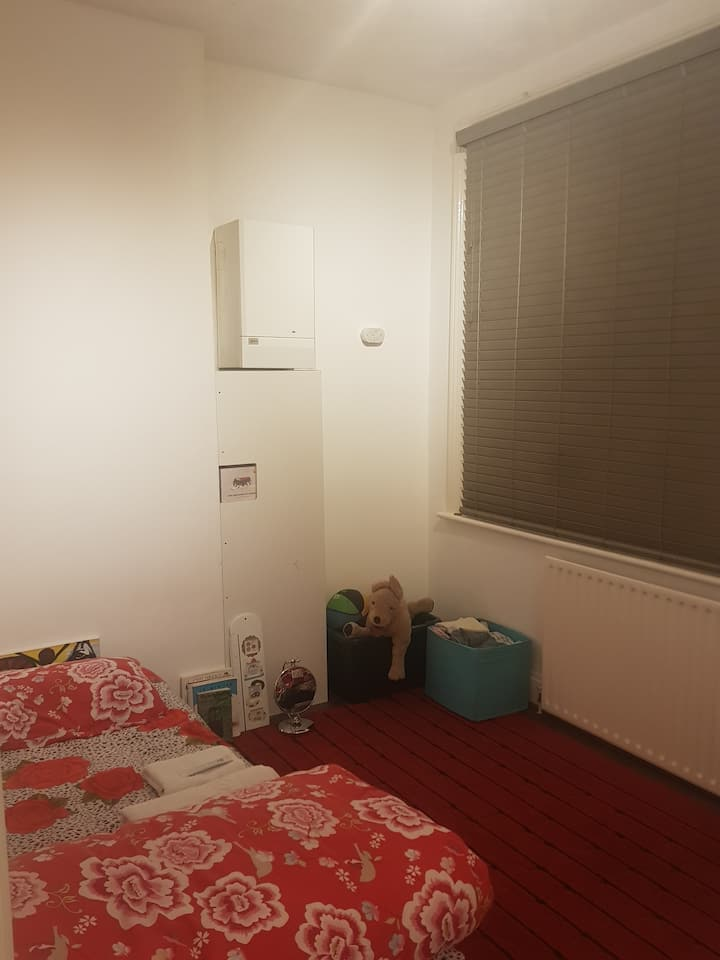 Spare room (only female)1 stop from London Bridge