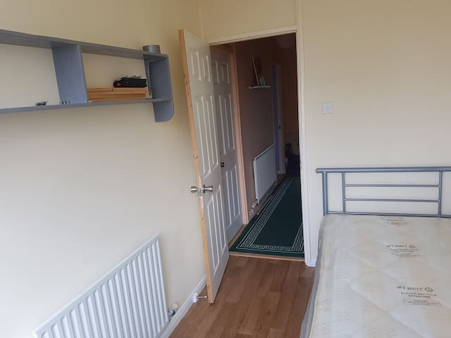 Value room in London travel zone 2 close to zone 1