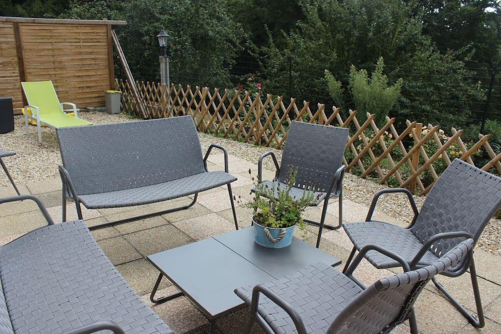 Salon de jardin sur terrasse exposé en plein sud