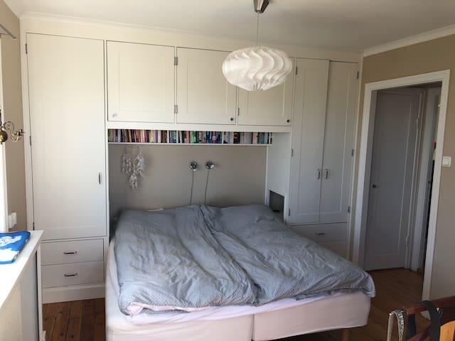 Bedroom 1, 180 cm bed.