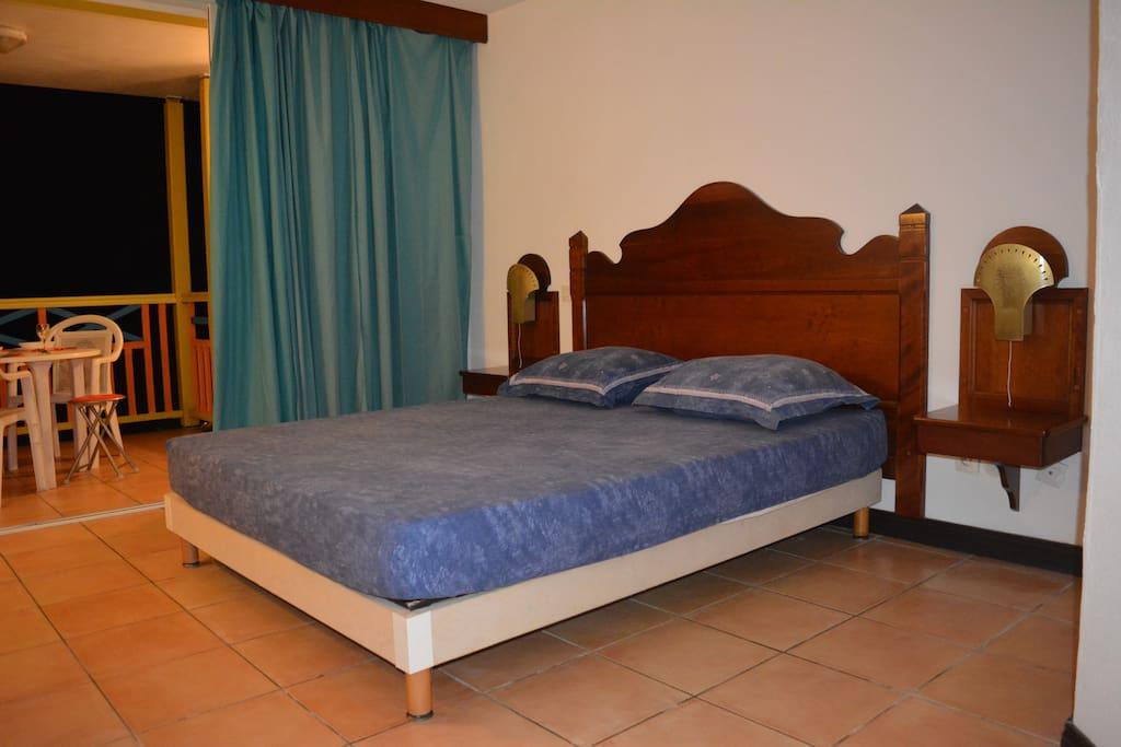 Chambre climatisée comprenant un lit 160x190 avec une confortable literie,