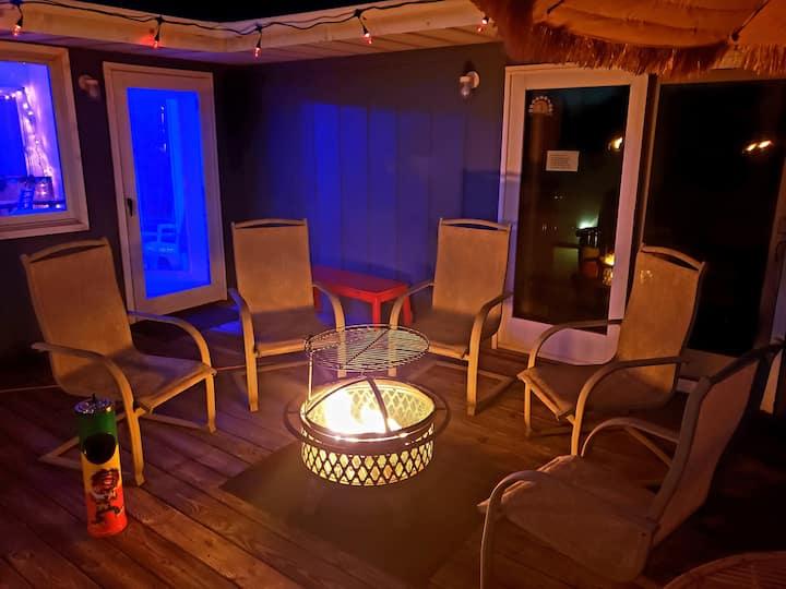 Roadhouse Inn w/ Tiki Bar & Sip n Paint
