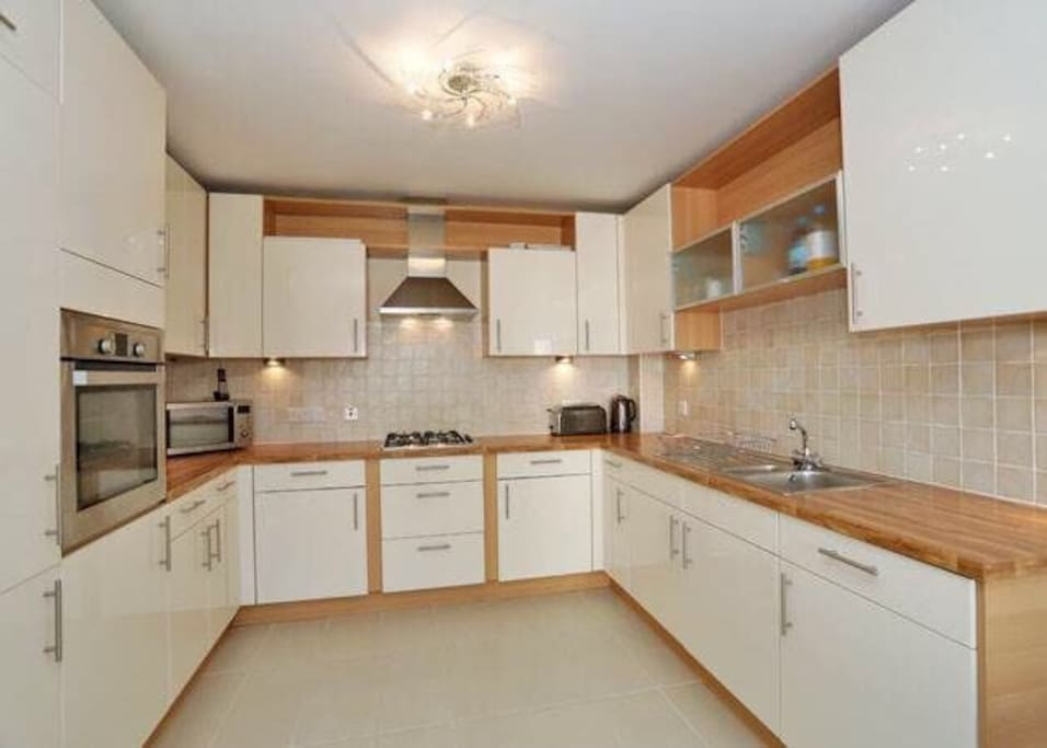Modern Kitchen with integrated fridge/freezer, fan oven, hob, dishwasher & washer/dryer