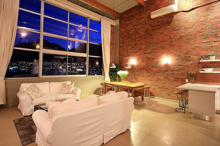 Amazing Loft with Stunning Table Mountain View.