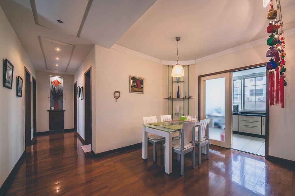 客厅走廊与餐厅