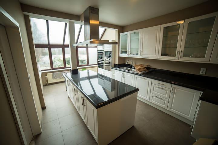 Chambres privées dans maison spacieuse - Wezembeek-Oppem - Huis