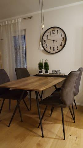 Ein großzügig und gemütlich gestalteter Esstisch, um mit ihren  kulinarischen Köstlichkeiten verweilen zu können.