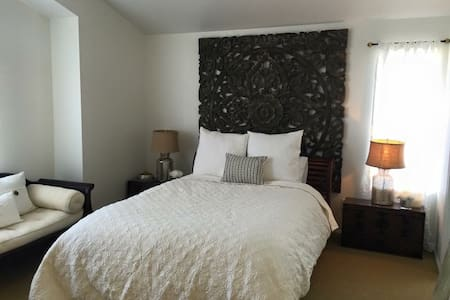 Large Master Bedroom (females only) - Ház