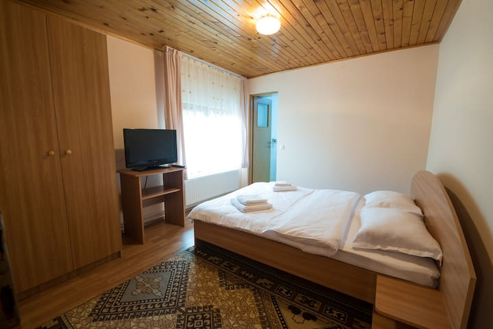Bedroom with private bathroom near Bran Castle