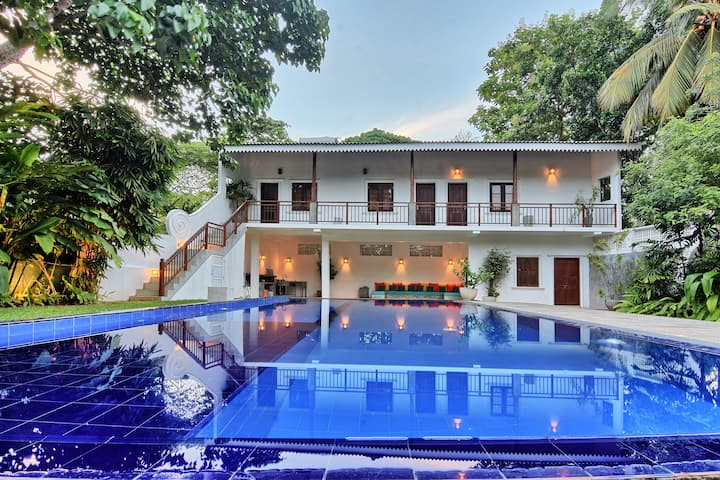 Five Bedroom Deluxe House with a SWIMMING Pool