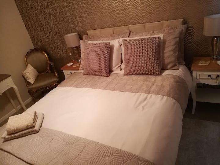 Modern Comfortable Living in Double Bedroom