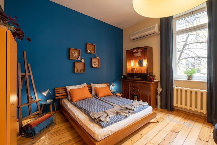 Artistic, spacious 2 BDR apartment, Top Center