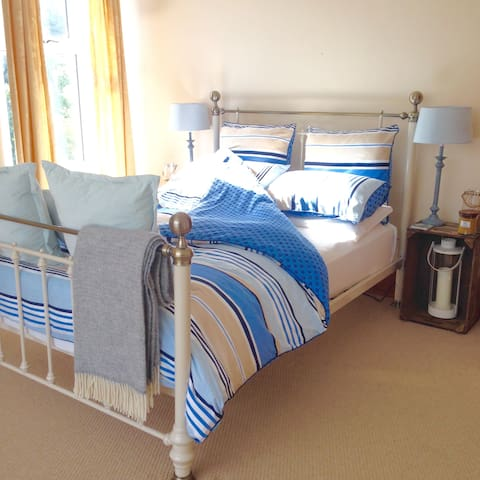 Spacious ensuite double room close to the beach - The Mumbles - House