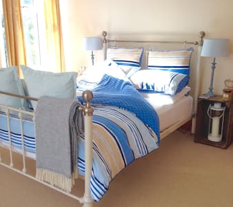 Spacious ensuite double room close to the beach - The Mumbles