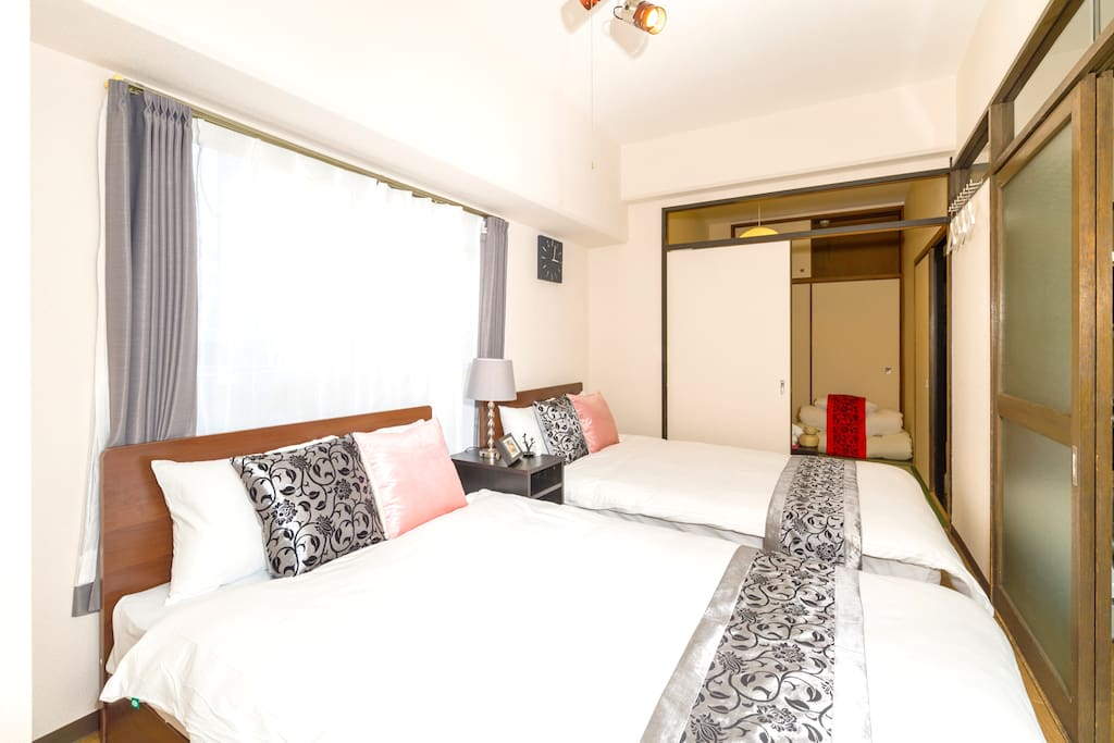 First room with semi double bed! 主臥房有兩個雙人床
