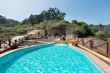 Pequeño estudio para parejas con piscina - Moya