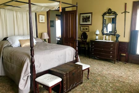 The Gold Room, Queen sized Bed