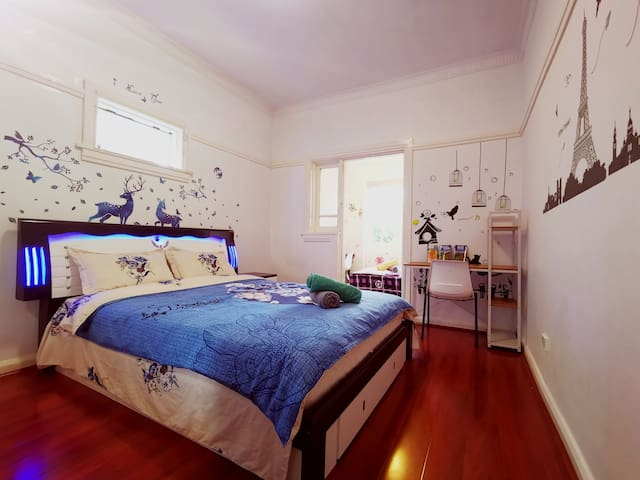 Private spacious room in the centre of Burwood